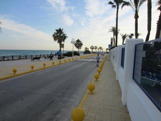 Sunset Beach Club: Vejen på bagsiden af hotellet tæt på Parkering og med bagindgang gennem poolområde