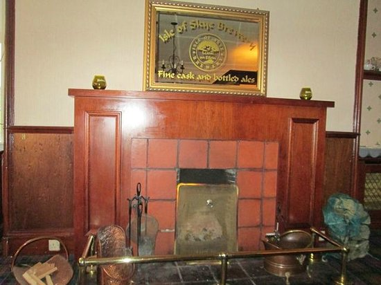 Uig Hotel: Fireplace in the Hotel Bar