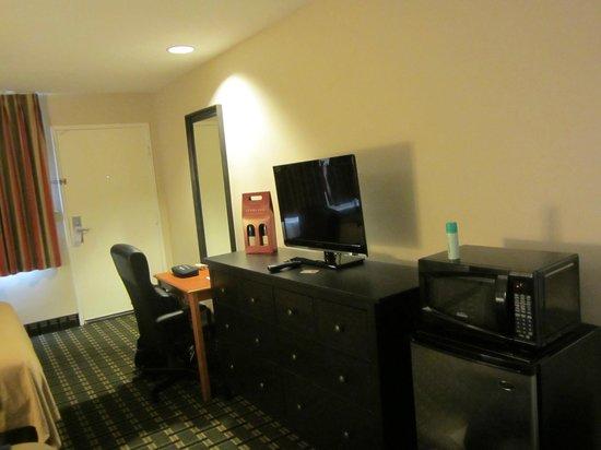 Stanford Inn & Suites: LCD TV & Desk, Microwave..