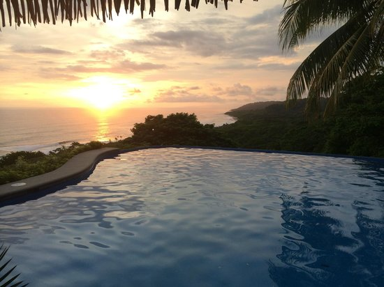 Hotel Vista de Olas: Sunset over the infinity pool