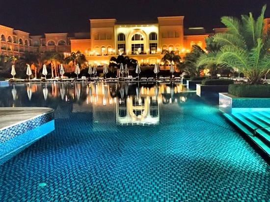 Sensimar Premier Le Reve: main pool at night