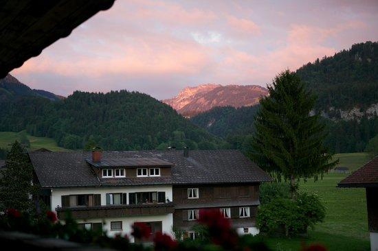 Appartements Christine: Blick vom Balkon aus einem Zimmer zur Straße (Richtung Süd-Osten)