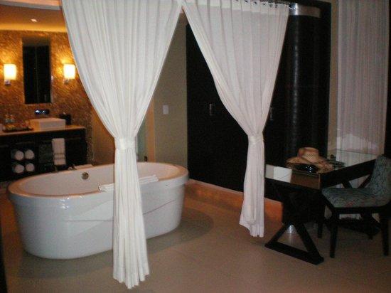 Azul Beach Resort Riviera Maya: The amazing large bathroom in the Honeymoon Suite