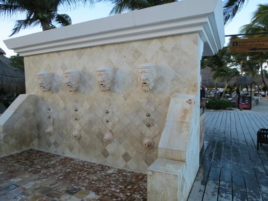 Iberostar Quetzal Playacar : Showers for body and feet after the beach