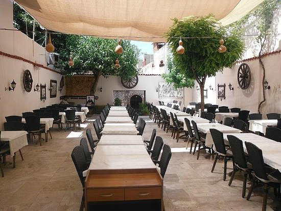 Saray Restaurant: the part of restaurant furthest from the alley
