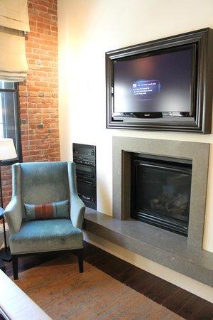 Fairmont Heritage Place, Ghirardelli Square: Камин, ТВ и аудиосистема