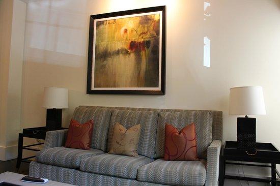 Fairmont Heritage Place, Ghirardelli Square: Диван в гостиной