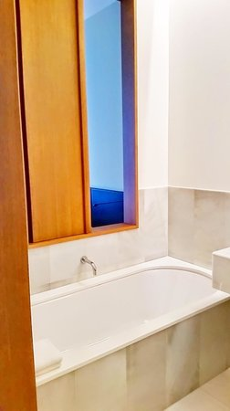 Alma Barcelona: Deep Bathtub.
