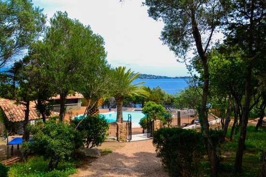 Residence U Paviddonu : la piscina del residence con vista mare