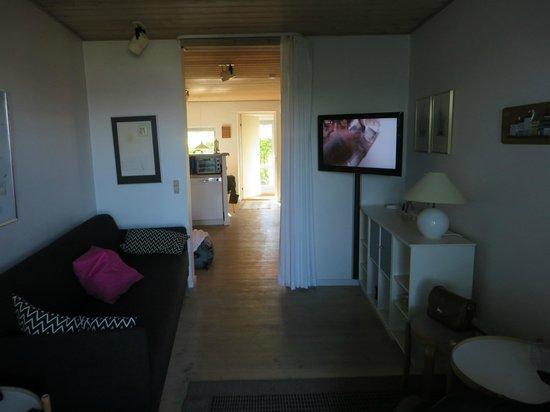 Hotel Vigen: Lounge area looking towards kithen