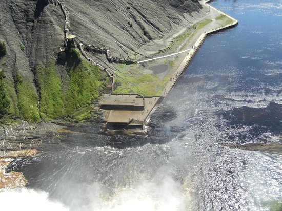 Montmorency Falls Park (Parc de la Chute-Montmorency): Looking down from the top of the falls