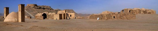 Towers of silence: Torre del silenzio-Yazd