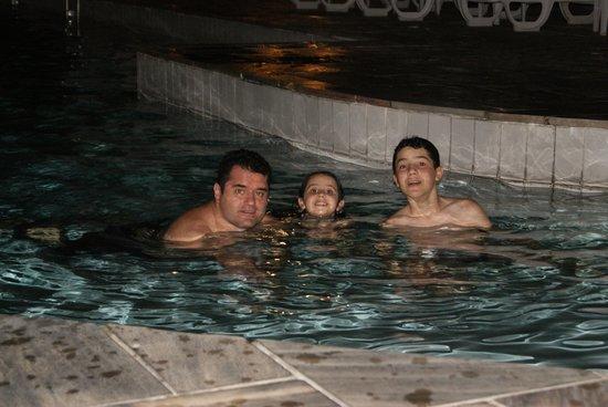 Tropical Manaus Ecoresort: Aproveitando a piscina à noite