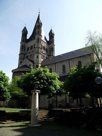Groß St. Martin: Torres da Igreja St. Martin vista da praça homônima.