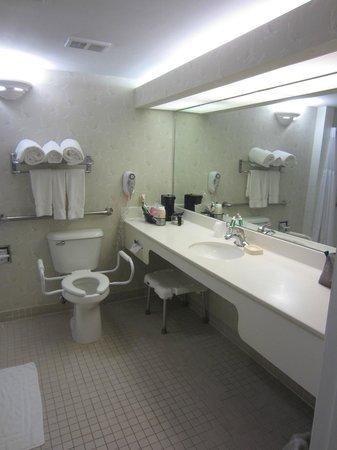 """Amara Cay Resort: La salle de bain """"vieillotte"""" mais très propre"""
