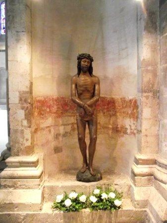 Groß St. Martin: Estatua de Cristo acorrentado em um dos cantos da igreja.