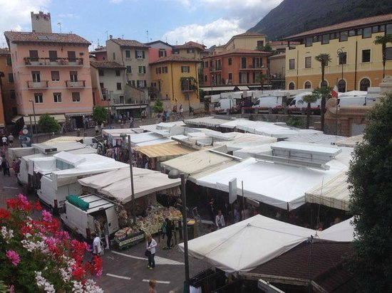 Hotel Alpino: market on saturday