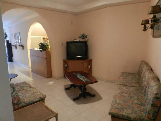 Pace's Guest House: Tv area , Sitting Area