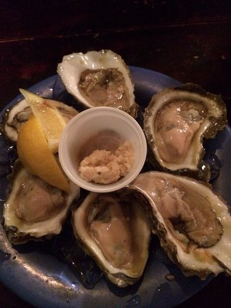 Bimini's Oyster Bar and Seafood Cafe: Oysters on the half shell