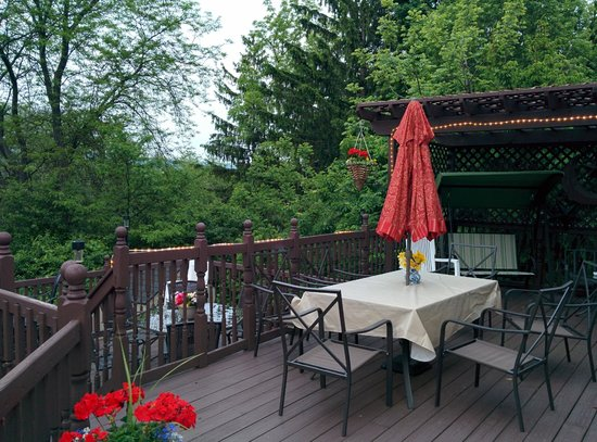 Lake Valley Legends Bed and Breakfast: relax on deck