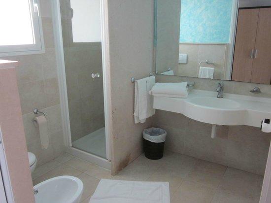 Hotel Villaggio Stromboli: Toalettutrymmet var skapligt stort