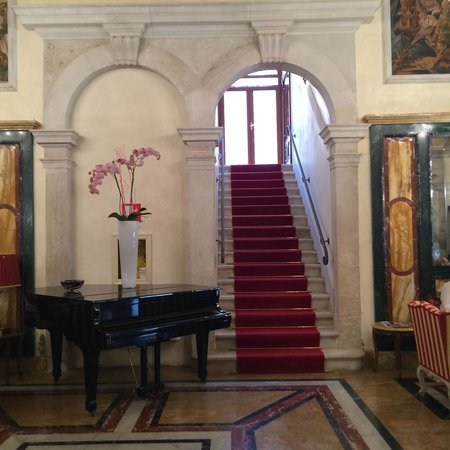 Boscolo Venezia, Autograph Collection: An elegant lobby (there is also an elevator)