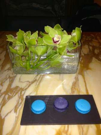 Cafe Royal Hotel: Fresh orchids everywhere