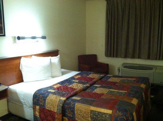 Rodeway Inn & Suites: Bed