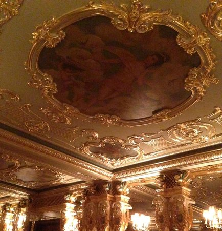 Cafe Royal Hotel: Ceiling of old bar/dining room with cabaret on weekends