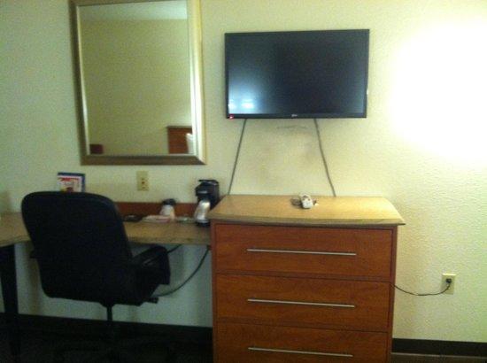 Rodeway Inn & Suites: Desk and flat screen TV