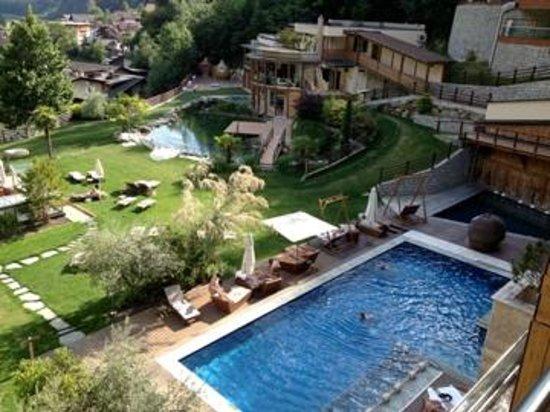Quellenhof Sport & Wellness Resort: Blick vom Balkon auf den Außenpool Vitalresidenz