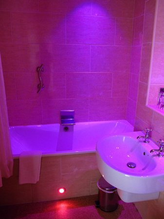 The Crown Spa Hotel: Bathroom with relaxing mood lighting