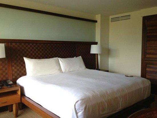 Royal Lahaina Resort: king size bed