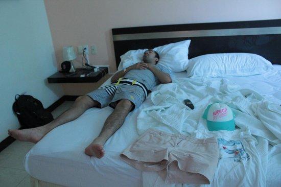 Hotel Plaza Playa: Mi esposo agusto en el cuarto