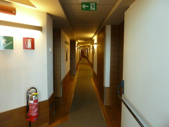 NH Torino Santo Stefano : the long hallway