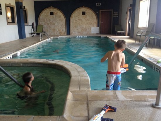 Holiday Inn Express-Burleson: Kids having fun in pool