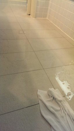 Hotel Istana : Flooded bathroom floor after having a normal shower