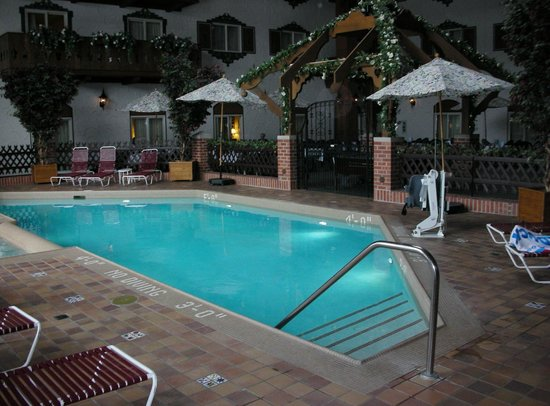 Bavarian Inn Lodge: Courtyard Pool