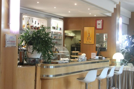 Hotel Bologna Airport : caffe' and quick breakfast bar (seating was available all around this as well)