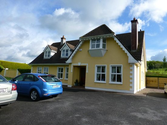 Blarney Vale Bed and Breakfast: B&B with our bright blue rental car!