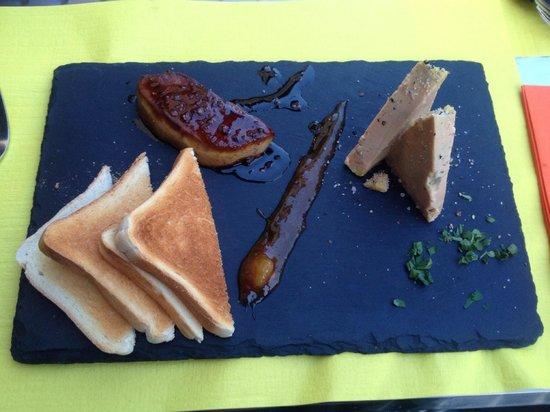 Le Carnotzet: En entrée: duo de foie gras et poêlé , un délice !!!!