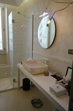 Palazzo Manfredi - Relais & Chateaux: Lovely bathroom, spacious