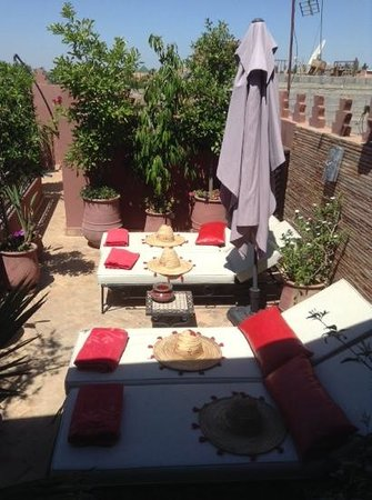 Riad La Porte Rouge : sunloungers with complimentary towels and sunhats
