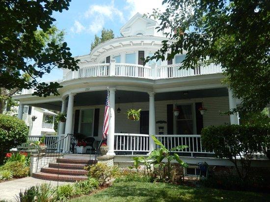 Captain's Quarters Inn: Lovely Bed & Breakfast