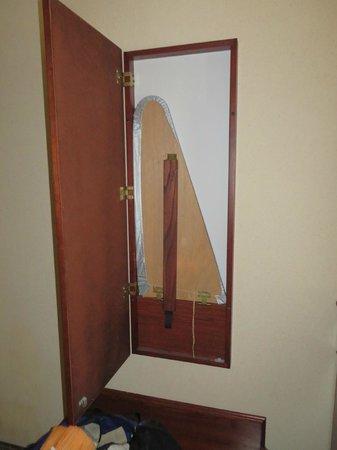 Quality Inn Oak Ridge: Ironing board behind a mirror.