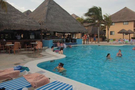 Allegro Playacar : Pool bar, muy bueno servicio y mucho alcohol