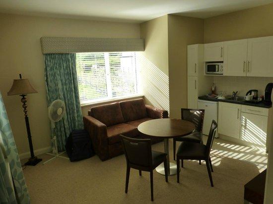 Strandhill Lodge and Suites Hotel: le salon/coin cuisine