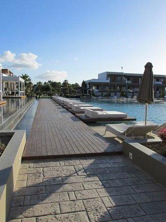 Pelagos Suites Hotel: sunbeds