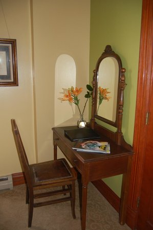 Mauger Estate B&B: Desk