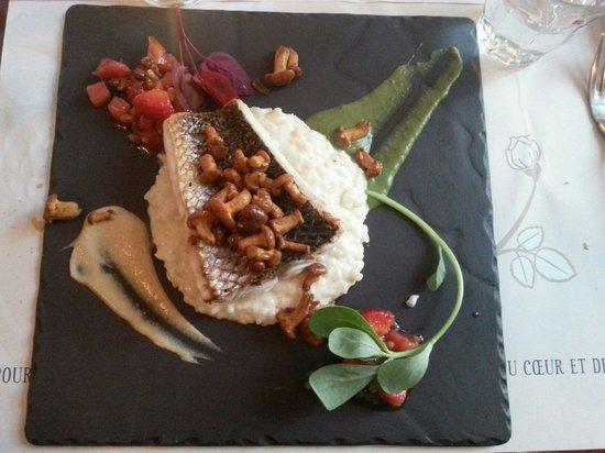 La Royale : Barre sur lit de rissoto accompagné d'un tartare de tomate et fraise